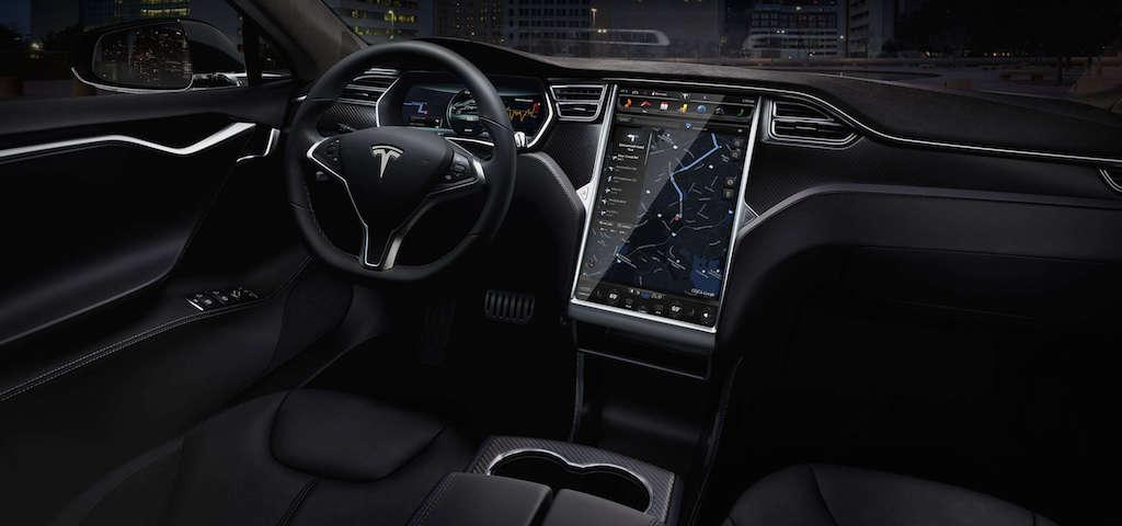 Interiört vittnar bilen om att målgruppen är de teknikintresserade. Teslan är fullpackad med elektronik och smarta tekniska lösningar. Foto: Tesla.