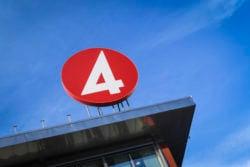 Här talar TV4-profilen ut om mordhoten och kritiken