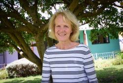 Ingrid le Roux har arbetat i över 40 år med barnhälsovård i Kapstadens mest utsatta områden. Genom att låta erfarna mammor utbildas inom mödra- och barnavård och sedan göra hembesök hos gravida kvinnor och nyblivna mammor har hon utvecklat en metod som minskar barnadödlighet. Samtidigt får mammor möjlighet att själva ta sig bort från fattigdom. Idag arbetar mentormammor i Sydafrika, Etiopien, Egypten och Eswatini. Foto: Ewa Almqvist/Ikon